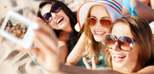 shutterstock_-selfie-at-beach
